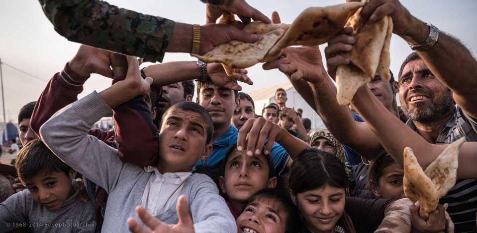 Sergey Ponomarev, Pane distrubuito nel campo profughi di Khazer, fuori Mosul, 14 novembre 2016, reportage realizzato per il New York Times.