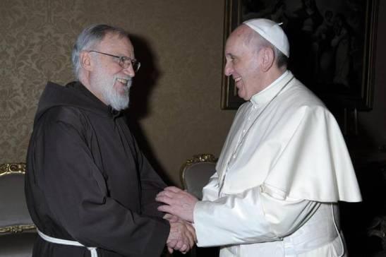 Le-Père-Raniero-Cantalamessa-prédicateur-de-la-Maison-pontificale-avec-le-pape-François