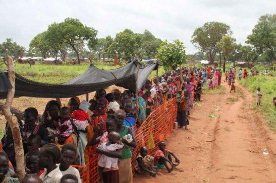 Mulheres e crianças sudanesas esperam tratamento de desnutrição no campo de refugiados de Yida