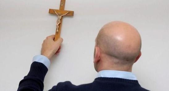 Togliere il Crocifisso