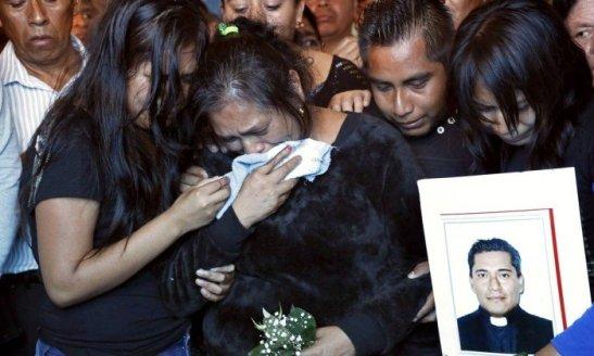 Familiares choram no sepultamento do padre José Alfredo Jiménez