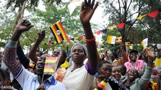 La gioia della folla per la visita di Papa Francesco in Uganda, nel novembre 2015