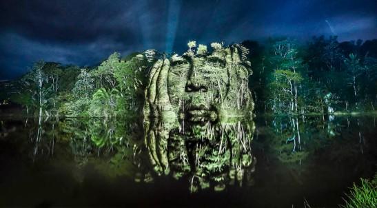 Street-Art -foto degli indigeni proiettate sulla foresta amazzonica
