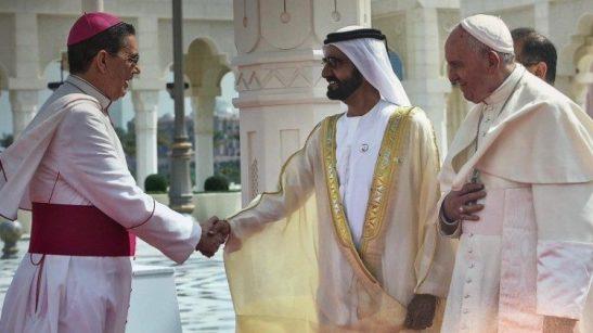 Stretta di mano Al Maktoum con Mons Guixot ad Abu Dhabi