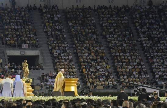 Papa-in-Thailandia-messa-allo-stadio-di-Bangkok-discepolo-missionario-non-e-mercenario-della-fede-ne-procacciatore-di-proseliti_articleimage