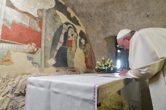 Papa Francesco firmando la Lettera