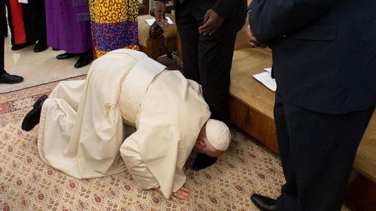Papa Francisco besa los pies de los lideres sudaneses