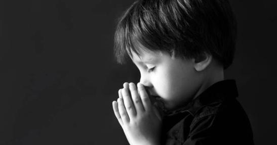 web-pray-prayer-boy-bw-shutterstock_313179068-tomsickova-tatyana-ai
