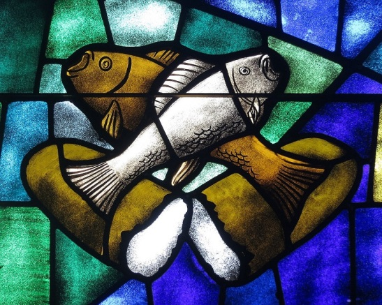 1200px-Saint_James_the_Greater_Catholic_Church_(Concord,_North_Carolina)_-_stained_glass,_loaves_&_fishes